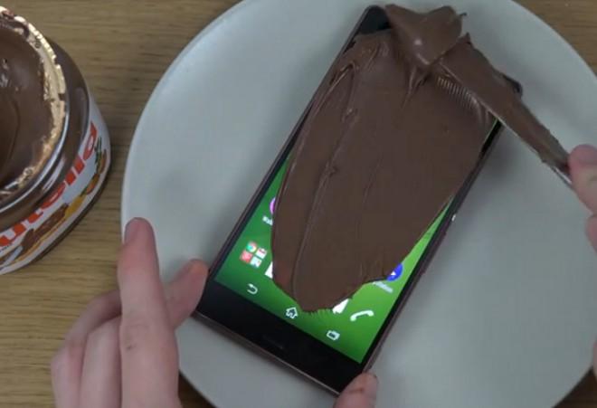 Sony xperia z3 resiste anche a nutella e coca cola in test - Bagno nella nutella ...